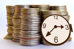 Tempo é dinheiro Relógio e moedas Imagem de Stock
