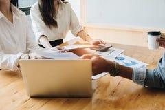 Tempo attuale di riunione finanziaria e dell'investitore professionale giovane immagine stock