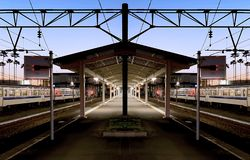 Tempo azul bonito da hora em uma plataforma do pentagon do statio do trem local fotografia de stock
