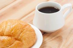 Tempo caldo della bevanda o della rottura di mattina del caffè nero e del croissant Fotografie Stock Libere da Diritti