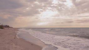Tempo calmo no litoral Ondas em um close-up vazio da praia do mar video estoque