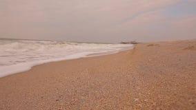 Tempo calmo no litoral Ondas em um close-up vazio da praia do mar, vídeos de arquivo
