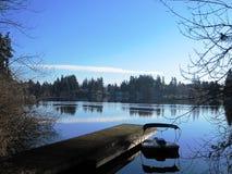 Tempo calmo pelo lago fotografia de stock royalty free