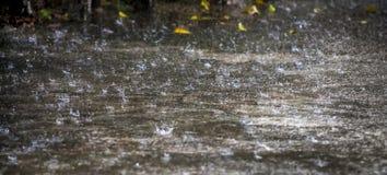 Tempo chuvoso em uma rua da cidade Fotografia de Stock