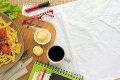 Tempo colocado liso do almoço da mulher de negócio com massa, café e doces com espaço livre imagem de stock