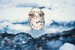 Tempo congelado Um pulso de disparo em um gelo ao lado da água Situação extrema do tempo Neve que cai em um pulso de disparo em u imagens de stock