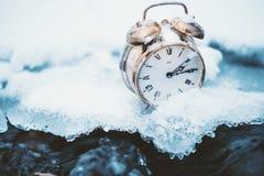Tempo congelado Um pulso de disparo em um gelo ao lado da água Situação extrema do tempo Neve que cai em um pulso de disparo em u fotos de stock royalty free