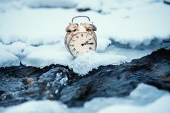 Tempo congelado Um pulso de disparo em um gelo ao lado da água Situação extrema do tempo Neve que cai em um pulso de disparo em u foto de stock royalty free