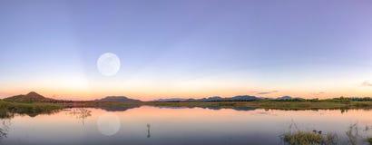Tempo crepuscular e lua do por do sol imagens de stock royalty free