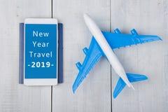 Tempo da aventura - plano, passaporte e smartphone com texto ' Curso 2019 do ano novo imagem de stock