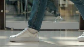 Tempo da compra, fim novo do adolescente acima na prata das sapatilhas filme