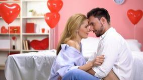 Tempo da despesa dos pares do amor apaixonado junto, tocando nas testas, relações foto de stock royalty free