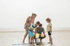 Tempo da família na praia Imagens de Stock
