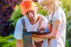 Tempo da família no jardim Imagens de Stock Royalty Free