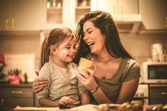 Tempo da filha da mãe Mãe solteira com filha Imagens de Stock Royalty Free