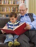Tempo da história com grandpa Fotografia de Stock
