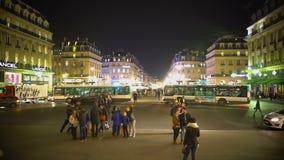 Tempo da noite no centro da cidade europeu, turistas que olham construções, vida noturna filme