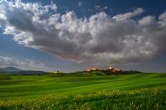 Tempo da paisagem da noite da Lua cheia de Toscânia na primavera com campo verde fotografia de stock royalty free