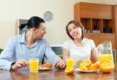 Tempo de café da manhã de fala dos pares felizes fotos de stock royalty free