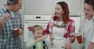 Tempo de café da manhã para uma família bonita que cozinha junto, fazendo panquecas video estoque