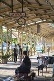 Tempo de espera do passageiro tailandês não identificado treinar na estação de trem de Nakhon Lampang em Nakhon Lampang, Tailândi Imagens de Stock