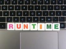 Tempo de execução da palavra no fundo do teclado fotos de stock royalty free