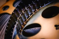 Tempo de filme um carretel de filme velho do desenrolamento imagem de stock