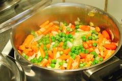 Tempo de jantar, cozinhando Fotografia de Stock Royalty Free