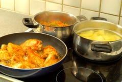 Tempo de jantar, cozinhando Imagens de Stock Royalty Free