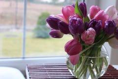 Tempo de mola, dia de mães, flores e velas, rosa, roxo, tempo bonito, cheiro agradável, cores bonitas, cores românticas, Valentim Fotografia de Stock Royalty Free