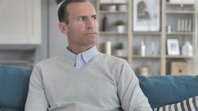 Tempo de observação envelhecido médio de espera do homem no relógio de pulso video estoque