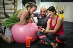Tempo de Selfie Povos desportivos no gym imagens de stock royalty free