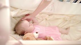 Tempo de sono do bebê Resto da menina da criança no berço Sonho pequeno do bebê na ucha filme