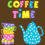 Tempo del caffè con le tazze e la caffettiera variopinte impilate Fotografie Stock Libere da Diritti
