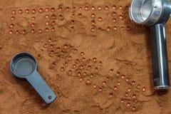 Tempo del caffè dell'iscrizione sui precedenti di caffè macinato e di uno strumento per un ossequio Fotografia Stock