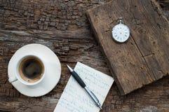 Tempo del caffè Orologio da tasca e vecchio libro Fotografia Stock