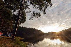 Tempo del lago pang Ung di mattina con il raggio del sole ed il cielo nuvoloso P fotografie stock