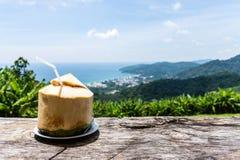 Tempo del ` s per si rilassa con la noce di cocco fresca in un posto pacifico Fotografie Stock Libere da Diritti
