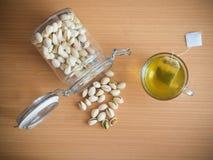 Tempo del tè con il pistacchio Fotografie Stock Libere da Diritti