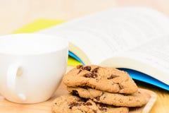 Tempo del tè dei biscotti di pepita di cioccolato Fotografia Stock Libera da Diritti
