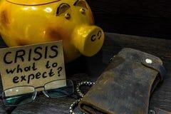 In tempo della crisi tempo del ` s di pensare al porcellino salvadanaio Fotografia Stock Libera da Diritti