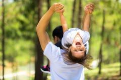 Tempo della famiglia al parco con il bambino ed il genitore immagini stock libere da diritti