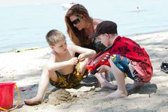 Tempo della famiglia alla spiaggia Fotografia Stock Libera da Diritti