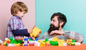 Tempo della famiglia   r Sviluppo infantile Svago felice della famiglia fotografie stock libere da diritti
