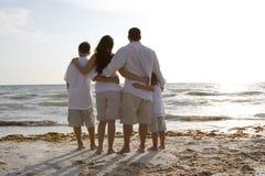 Tempo della famiglia su una spiaggia Fotografia Stock Libera da Diritti
