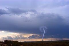 Tempo della nuvola dell'imbuto della tempesta di tornado fotografia stock libera da diritti