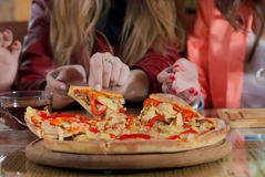 Tempo della pizza ed amici di ragazza che hanno buon tempo Immagini Stock Libere da Diritti