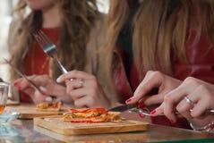 Tempo della pizza ed amici di ragazza che hanno buon tempo Immagine Stock Libera da Diritti