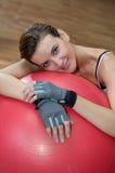 Tempo della rottura con una sfera di Pilates Fotografia Stock