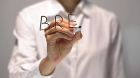 Tempo della rottura di scrittura della donna sullo schermo trasparente La donna di affari scrive a bordo video d archivio